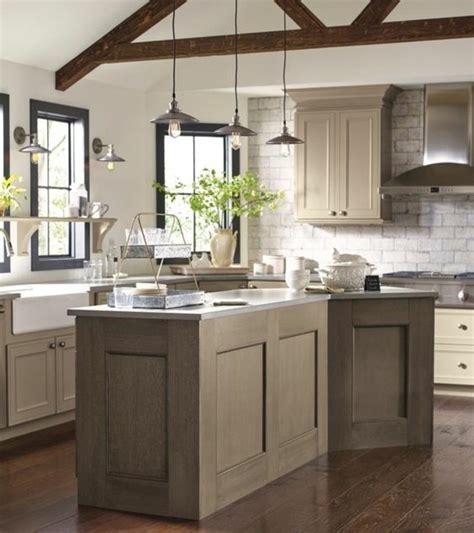 Bien Cuisine Grise Plan De Travail Blanc #5: modele-cuisine-blanche-et-grise-exemple-de-cuisine-taupe-très-esthétique-meuble-et-îlot-de-cuisine-taupe-e1476861623802.jpg