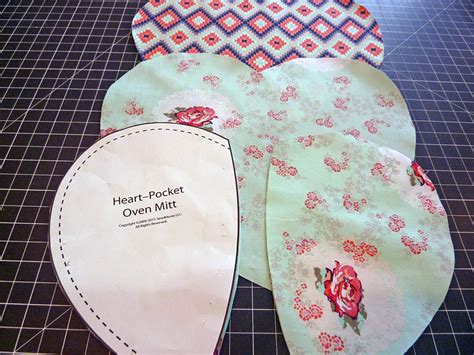 pattern for heart shaped oven mitt heart shaped oven mitts sew4home