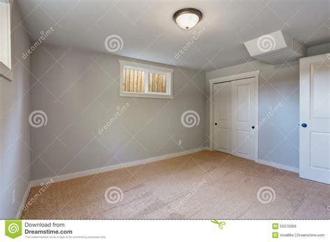 wandschrank schlafzimmer mit teppich ausgelegtes schlafzimmer mit fenstern und