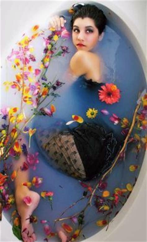 model in bathtub underwater in the bathtub cerca con google pensieri pinterest the o jays