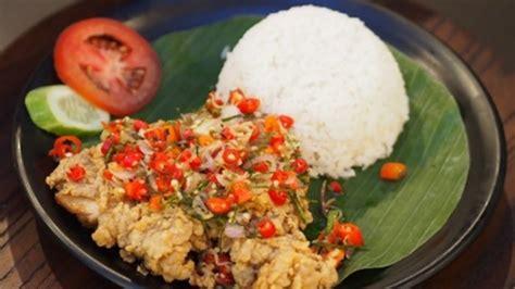 ayam geprek  populer  bandung dicampur sambal