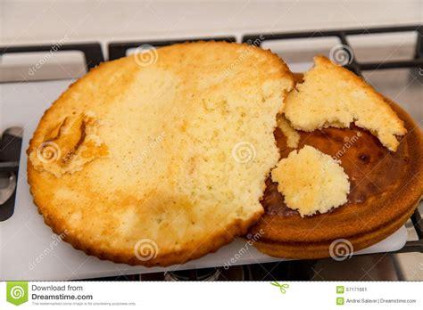 kuchen gebacken kuchen frisch gebacken auf platte stockfoto bild 57171661