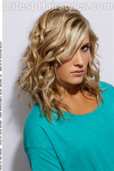 super scrunch loose scrunched shoulder length waves 53 super cute medium haircuts and hairstyles