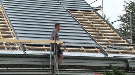 Dach Neu Decken Kosten. Untere Reihe Dachziegel Mit Ortgan