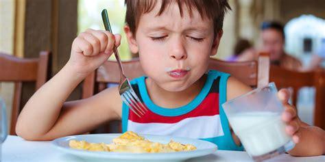 des gar輟ns dans la cuisine quel petit d 233 jeuner pour les enfants et les adolescents en