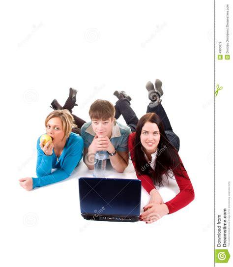 imagenes libres estudiantes grupo de estudiantes felices con la computadora port 225 til