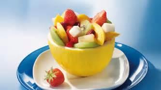 honigmelonen kuchen gef 252 llte melonen mit erdbeeren und kirschen