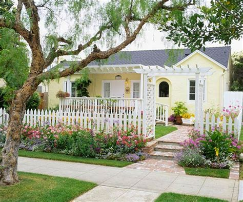 Cottage Landscaping Ideas For Front Yard by 365 Tips To Improve Your Home 96 This Fall Create Curb