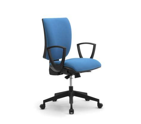 attività ufficio sta sedie da ufficio favoriscono una corretta postura da
