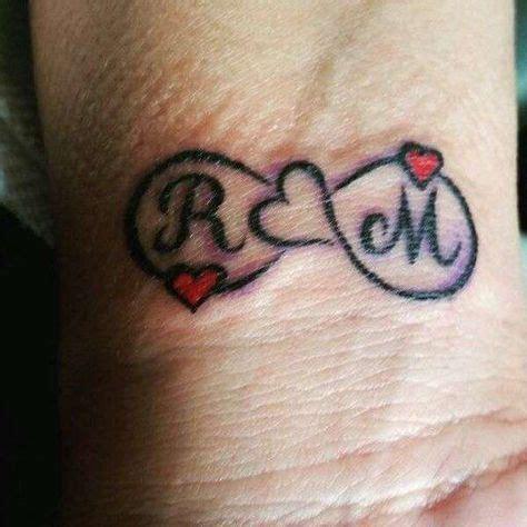 tatuaggio con lettere iniziali da innamorati tatuaggio