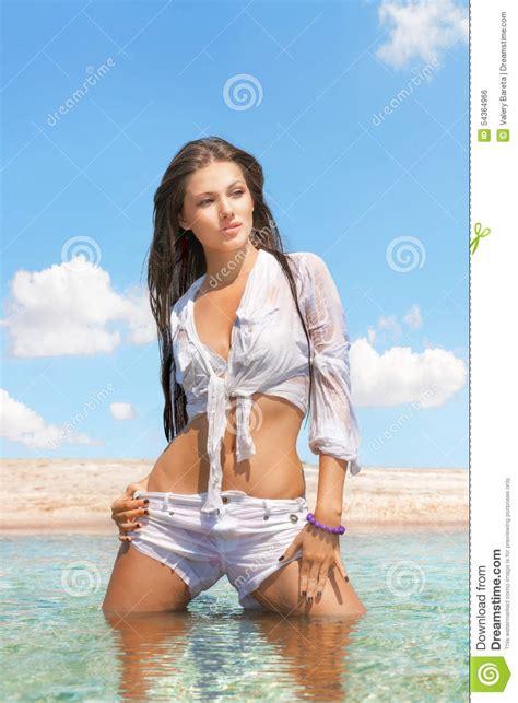 donna bagnata donna in camicia bagnata sulla spiaggia fotografia