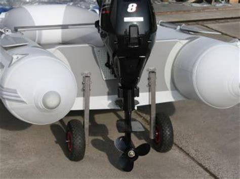 opblaasboot met buitenboordmotor rubberboten beaut 174 transportwielen