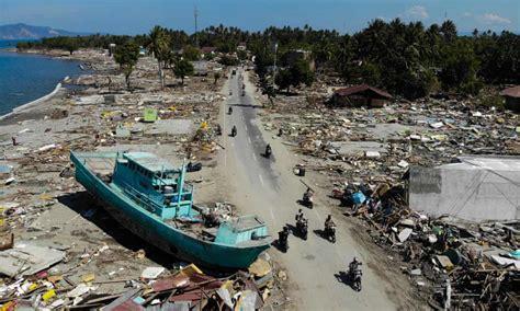 tsunami palu palu indonesia earthquake and tsunami mass grave is dug