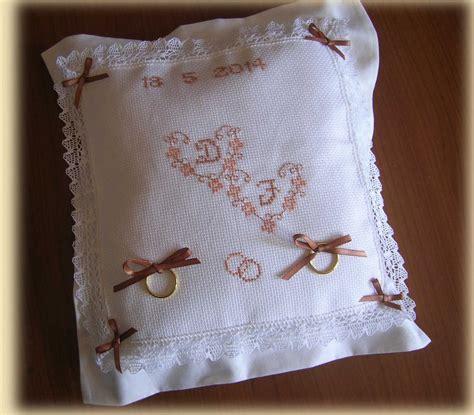 cuscino portafedi a punto croce cuscino portafedi ricamato a punto croce con iniziali e