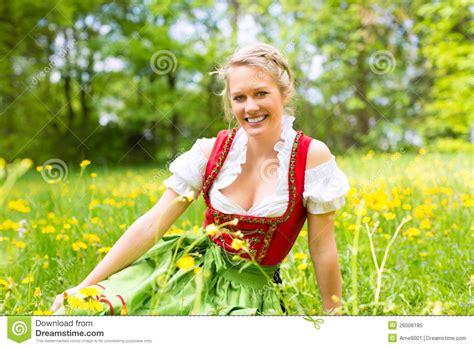 german women traditional hair style hairstylegalleries com frau in der bayerischen kleidung oder im dirndl auf einer