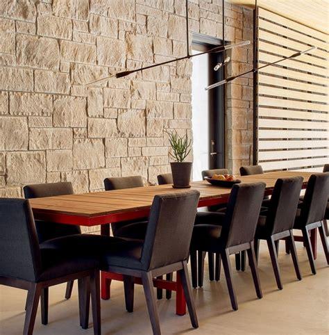 Charmant Table De Salle A Manger Design Italien #4: chaises-salle-manger-modernes-tembourr%C3%A9es-tissu-noir-luminaire-design.jpg