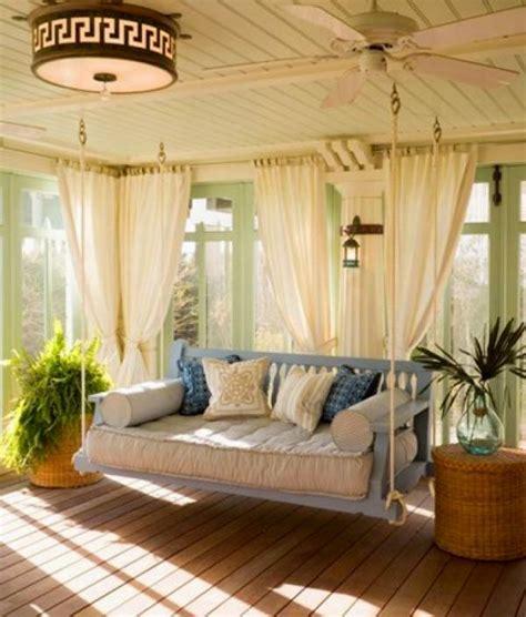 veranda weiss holz traumhafte hollywoodschaukel f 252 r garten und veranda