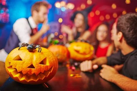 places    enjoy halloween parties  canada