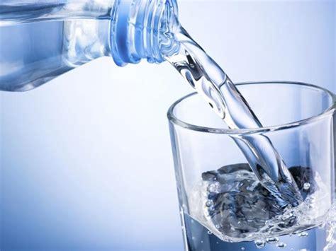 imagenes de jirafas tomando agua beber mucha agua reduce el az 250 car el sodio y la ingesta