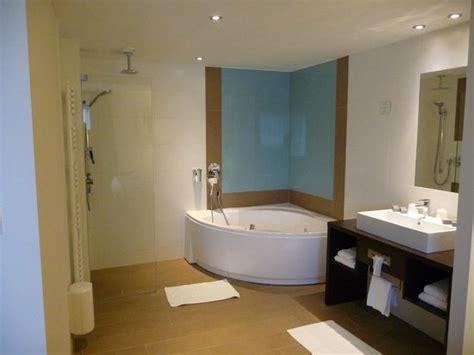 salle de bain avec baignoire 224 remous et italienne
