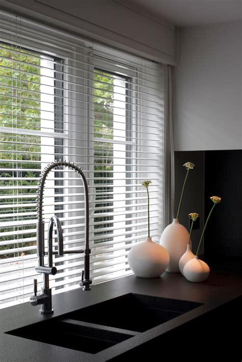 raamdecoratie combineren 4x tips voor raambekleding om licht en privacy te combineren