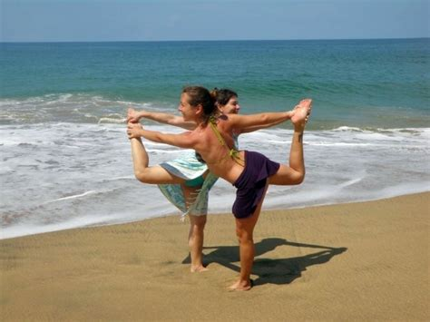 imágenes de yoga con dos personas yoga en parejas dos es infinitamente m 225 s poderoso que uno
