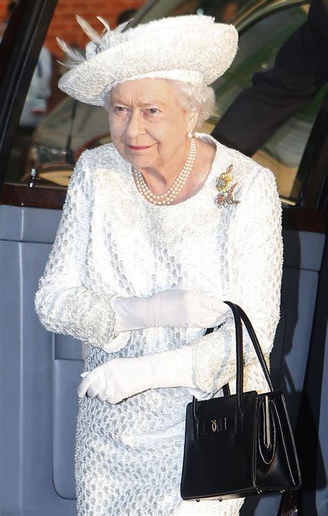Lipstik Elizabeth mengintip isi tas mungil ratu elizabeth ii lifestyle