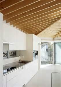 cuisine blanche d 233 co design et plafond avec poutres en ch 234 ne