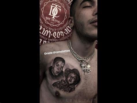 sfera ebbasta si tatua una foto con sua mamma sul petto