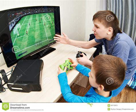 dibujos de niños jugando xbox children playing on games console to play football stock