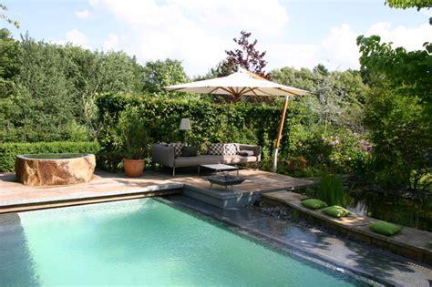 traumgarten mit pool lounge holzterrasse modern