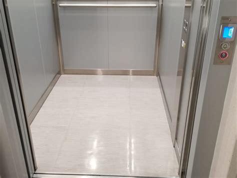 ascensore interno cabina ascensore con finiture e illuminazione in inox satinato