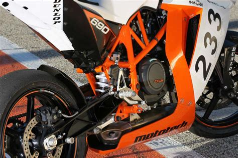 Ktm Rc 690 Duke 690r 2016 Motorcycle Review And Galleries