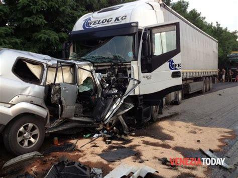 veneziano prozzolo incidente in romea oggi a lova auto contro camion un morto