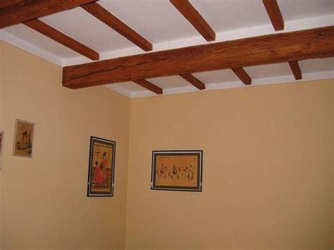 travi soffitto finto legno travi in legno per interni travi