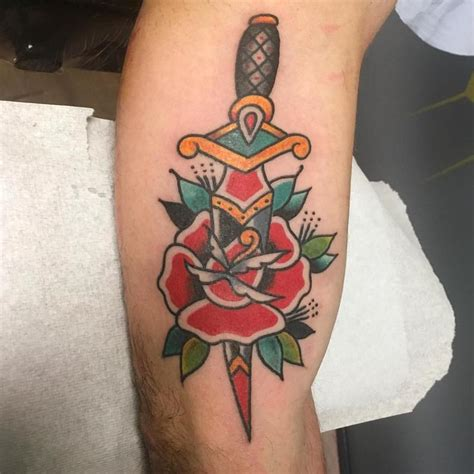 old school tattoo website daga atravesando rosa estilo tradicional by delfoco tattoos