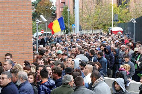 consolato di bologna in fila al consolato romeno di bologna per votare per il