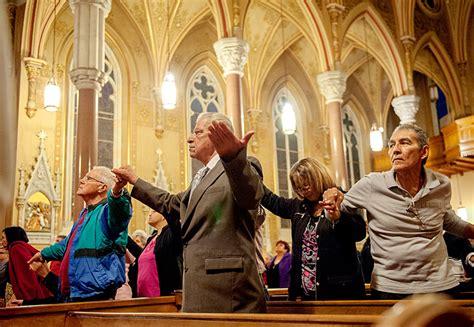 imagenes iglesia orando la gente que asistieron la misa el 2 de octubre en la
