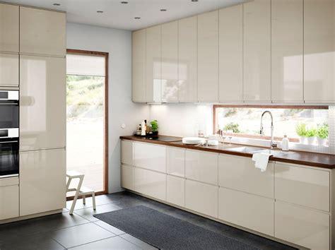 cuisine brillant cuisine de taille moyenne avec portes et tiroirs en beige