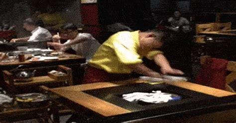 detik lifestyle heboh pelayan restoran ini bersihkan meja dalam waktu 5