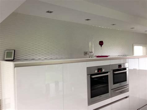 abwaschbare tapete für küche kueche in weiss hochglanz griff los und mit holz