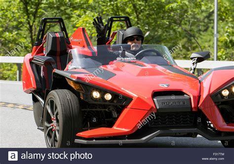 Motorrad In Usa Kaufen Und Fahren by 196 Ltere Mann Ein Rotes Polaris Slingshot Fahrzeug Auto