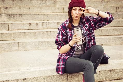 imagenes hipster mujer mujer morena vestida de hipster sentado sobre los pasos en