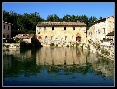 piscina bagno vignoni borgo con antiche terme toscane