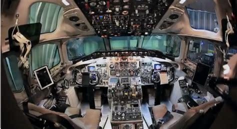 cabina di pilotaggio di un aereo nelle cabine di pilotaggio al servizio dei piloti di