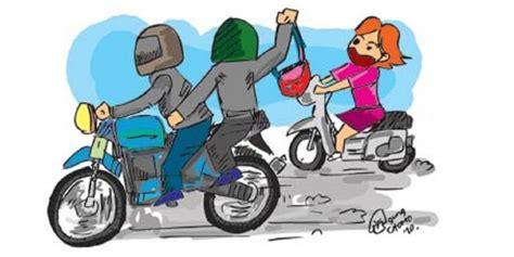 Tas Naik Motor polisi hati hati dengan posisi membawa tas