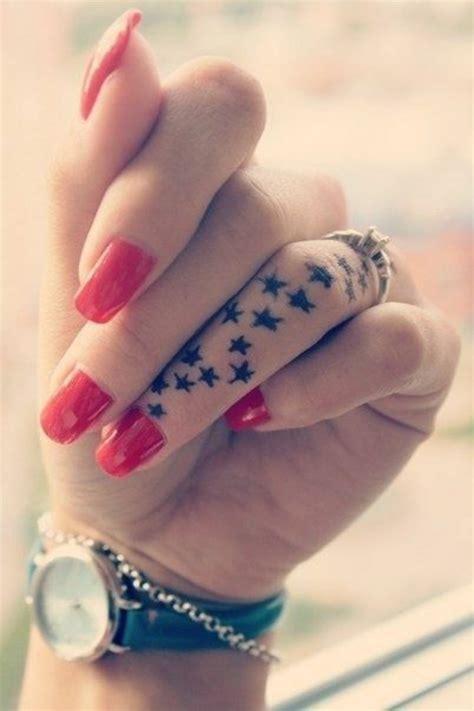 tattoo am finger tattoo sterne bedeutung und coole motive in bildern