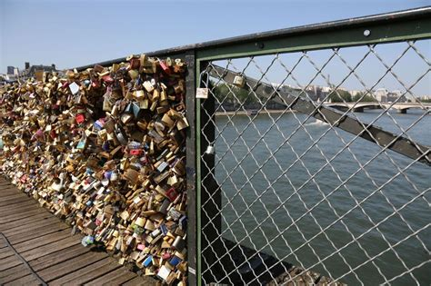 cadenas unis france sur le pont des arts 224 paris les cadenas d amour c est