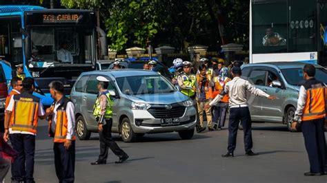 Mobil Polisi Mvp Merah kakorlantas hanya pelat merah yang boleh melintas ganjil genap metro tempo co