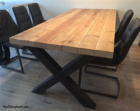 tafel van balken oude grove houten balken die het blad vormen voor een